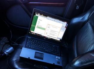 laptop op bijrijderstoel